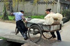 Pengzhou, Chine : Fermiers poussant le chariot Image stock