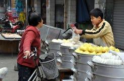 Pengzhou, Chine : Garçon vendant des boulettes Image stock
