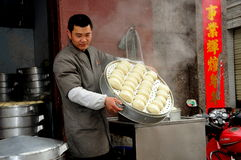 Pengzhou, Chine : Homme avec le plateau des boulettes Image libre de droits