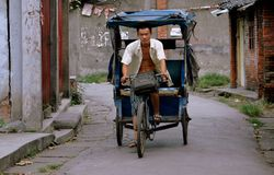Pengzhou, Chine : Homme conduisant le taxi de bicyclette Images stock