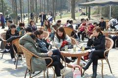 Pengzhou, Chine : Les gens en stationnement de Pengzhou Photos libres de droits