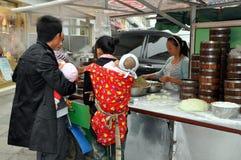 Pengzhou, Chine : Nourriture de achat de rue de gens Photographie stock