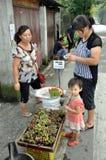 Pengzhou, Chine : Raisins frais de achat Photos stock