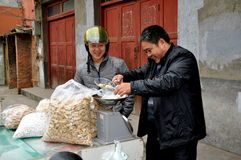 Pengzhou, Chine : Sucrerie de achat d'homme Image libre de droits