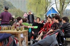 Pengzhou, Chine : Thé sirotant en stationnement Photos stock