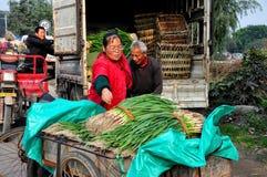 Pengzhou, Chine : Travailleurs chargeant les oignons verts sur le camion Photo libre de droits
