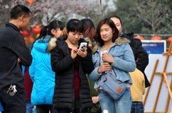 Pengzhou, Chins: Teenage Girls in Pengzhou Parkl Royalty Free Stock Photos