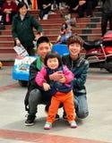 Pengzhou, Chiny: Dwa wieka dojrzewania z małą dziewczynką obrazy royalty free