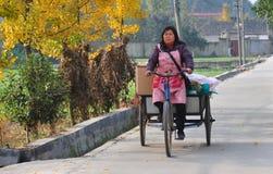 Pengzhou, Chiny: Kobiety Jeździecka Rowerowa fura Zdjęcie Stock