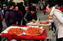 Pengzhou, Chiny: Ludzie Kupuje truskawki Zdjęcie Stock
