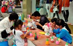 Pengzhou, Chiny: Rodzice & dzieci Maluje postacie Fotografia Royalty Free