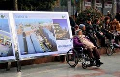 Pengzhou, Chiny: Stara Kobieta w wózek inwalidzki Zdjęcie Stock