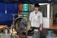 Pengzhou, Chiny: Szefa kuchni kucharstwo przy restauracją Zdjęcie Stock