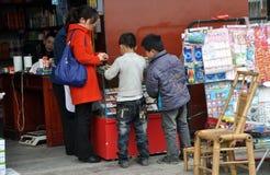 Pengzhou, Cina: Acquisto dei ragazzini Fotografie Stock Libere da Diritti
