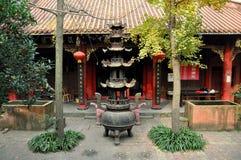 Pengzhou, Cina: Addetto alla brasatura di incenso del tempiale buddista Fotografie Stock Libere da Diritti