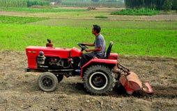 Pengzhou, Cina: Agricoltore Plowing Field con il trattore Immagine Stock
