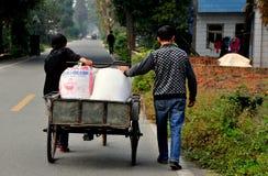 Pengzhou, Cina: Agricoltori cinesi con il carretto della bicicletta Fotografia Stock Libera da Diritti