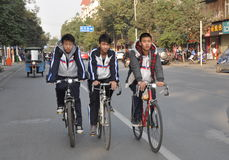 Pengzhou, Cina: Allievi sulle biciclette Fotografia Stock Libera da Diritti