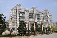 Pengzhou, Cina: Appartamenti moderni di palazzo multipiano Immagini Stock Libere da Diritti
