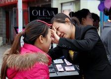Pengzhou, Cina: Artista & cliente di trucco fotografie stock