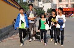 Pengzhou, Cina: Bambini adolescenti del banco Fotografia Stock Libera da Diritti