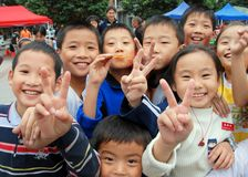 Pengzhou, Cina: Bambini felici nel nuovo quadrato Fotografie Stock