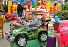 Pengzhou, Cina: Bambino in automobile del gioco Fotografie Stock