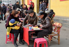 Pengzhou, Cina: Cassiere di fortuna con la famiglia Fotografie Stock Libere da Diritti