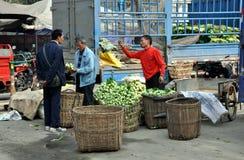 Pengzhou, Cina: Coltivatori al servizio della gabbia Immagine Stock