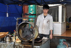 Pengzhou, Cina: Cuoco unico che cucina al ristorante Fotografia Stock