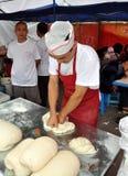 Pengzhou, Cina: Cuoco unico che produce le tagliatelle Immagini Stock