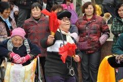 Pengzhou, Cina: Dancing della donna con i ventilatori Immagine Stock