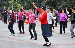 Pengzhou, Cina: Dancing della gente nel nuovo quadrato Fotografia Stock Libera da Diritti