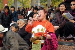 Pengzhou, Cina: Donna che canta nel nuovo quadrato Fotografia Stock Libera da Diritti