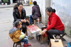 Pengzhou, Cina: Donna che vende monili Fotografia Stock Libera da Diritti