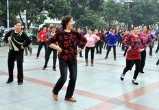 Pengzhou, Cina: Donne che ballano nel nuovo quadrato Fotografie Stock Libere da Diritti