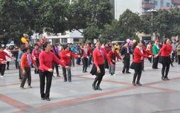 Pengzhou, Cina: Donne che ballano nel nuovo quadrato Fotografia Stock Libera da Diritti