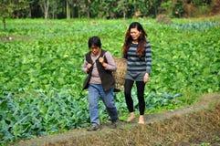 Pengzhou, Cina: Due donne su un'azienda agricola Fotografia Stock