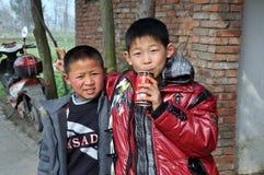 Pengzhou, Cina: Due ragazzini Immagini Stock Libere da Diritti