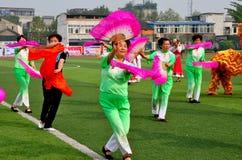 Pengzhou, Cina: Esecuzione dei ballerini delle donne Fotografia Stock