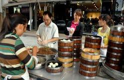 Pengzhou, Cina: Famiglia che vende le polpette Fotografia Stock
