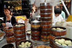Pengzhou, Cina: Famiglia che vende le polpette cotte a vapore Fotografia Stock Libera da Diritti