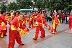 Pengzhou, Cina: Fascia del tamburo della vita delle donne Fotografia Stock