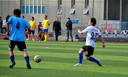 Pengzhou, Cina: Giocar a calcioe degli atleti immagini stock