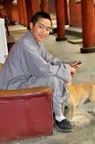 Pengzhou, Cina: Giovane rana pescatrice al tempiale Fotografie Stock