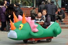 Pengzhou, Cina: Little Boy in carrello del drago Fotografia Stock Libera da Diritti