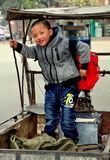 Pengzhou, Cina: Little Boy che sta in carrello della bicicletta Fotografie Stock