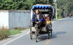Pengzhou, Cina: Pedicab e driver Immagini Stock