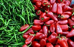 Pengzhou, Cina: Peperoni di peperoncino rosso rossi e verdi Fotografie Stock