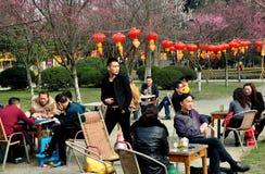 Pengzhou, Cina: Tè sorseggiante in sosta Fotografia Stock Libera da Diritti